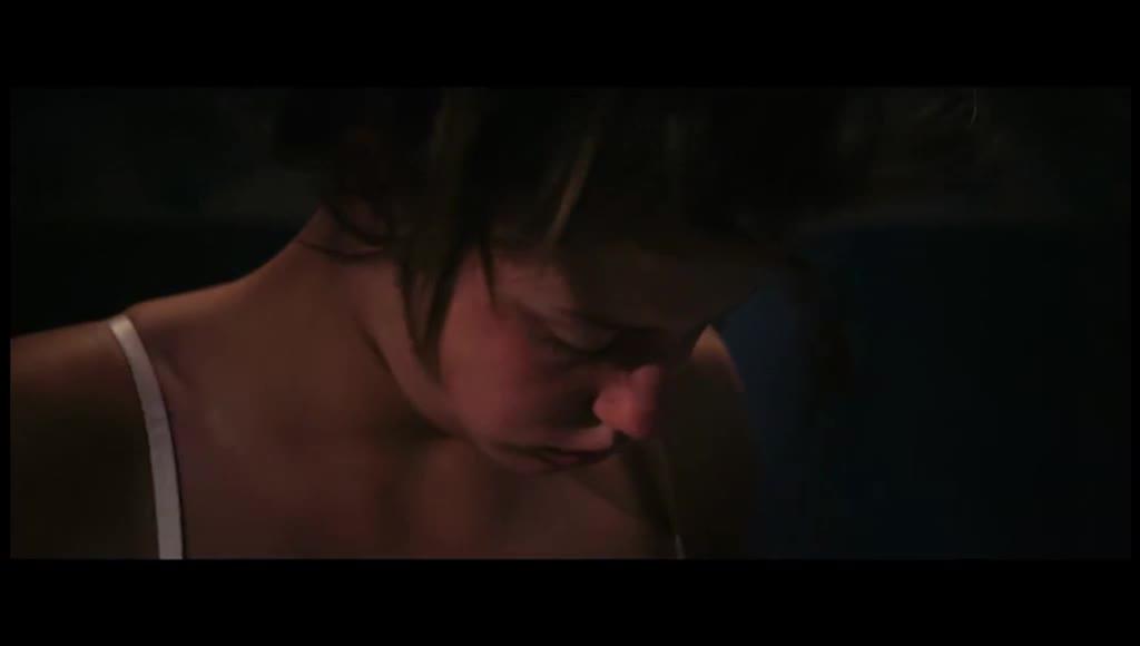 阿黛尔睡觉,幻想和蓝发女人在一起,情不自禁
