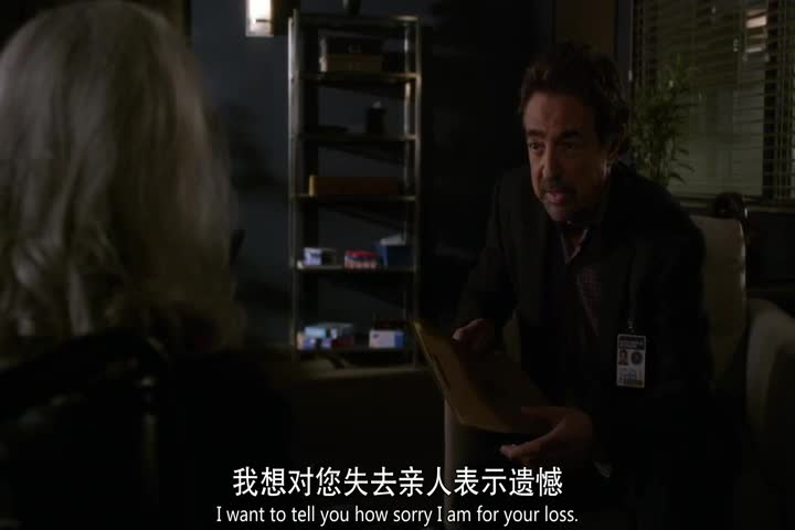 侦探到达被害人家里,母亲哭着回答他问题,太令人伤心了!
