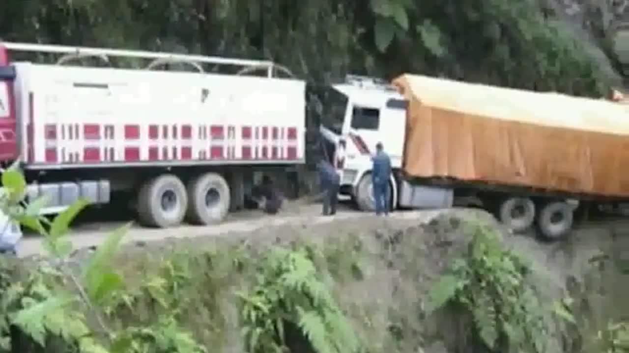 老司机都怕这条路大货车三个轮子都掉下去了监控拍下惊恐一幕
