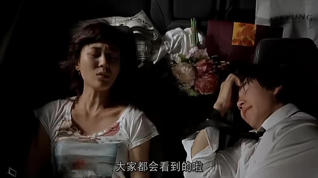 女子在车上嫌弃自己的老公,老公生气