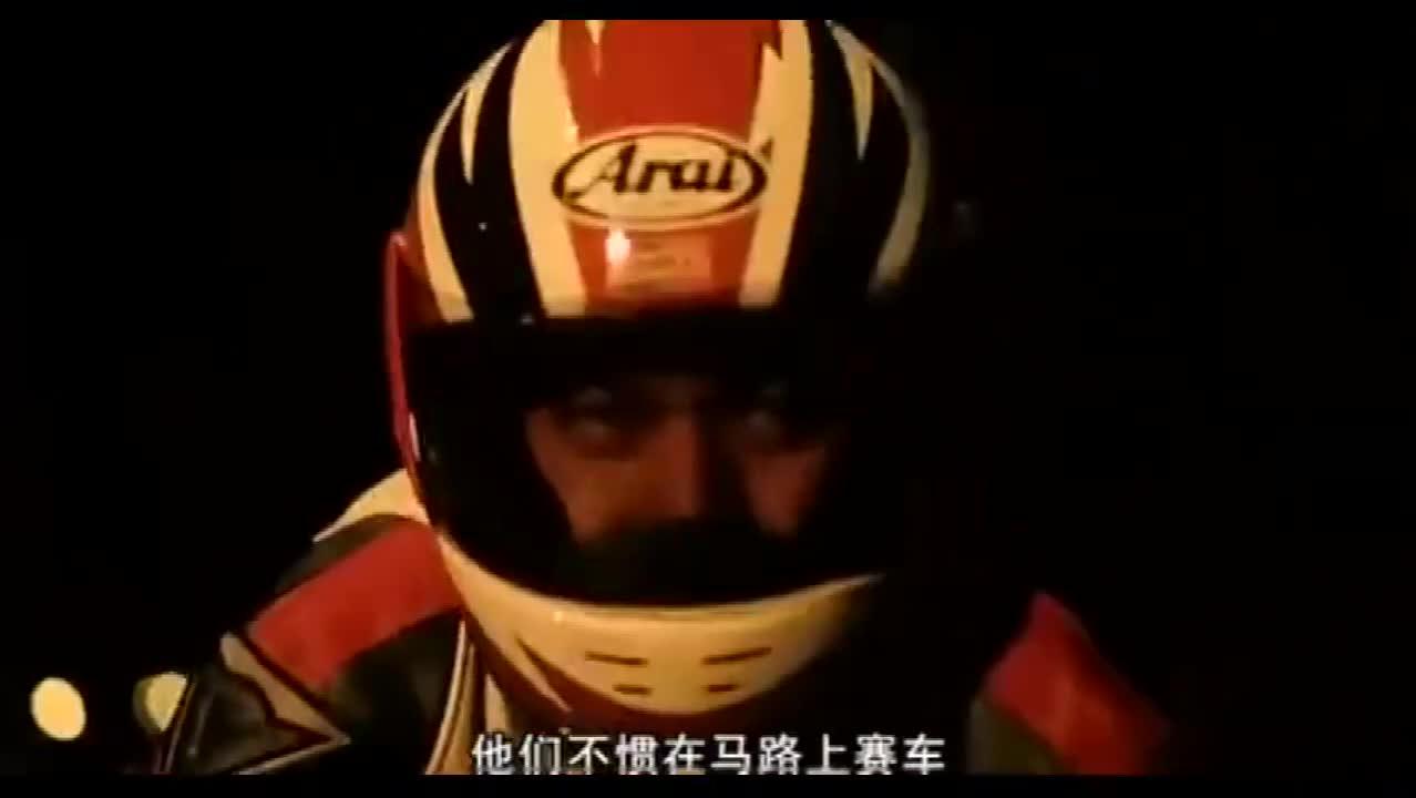 #经典看电影#烈火战车:非要和华哥赛车,这下事大了,华哥摔倒了!