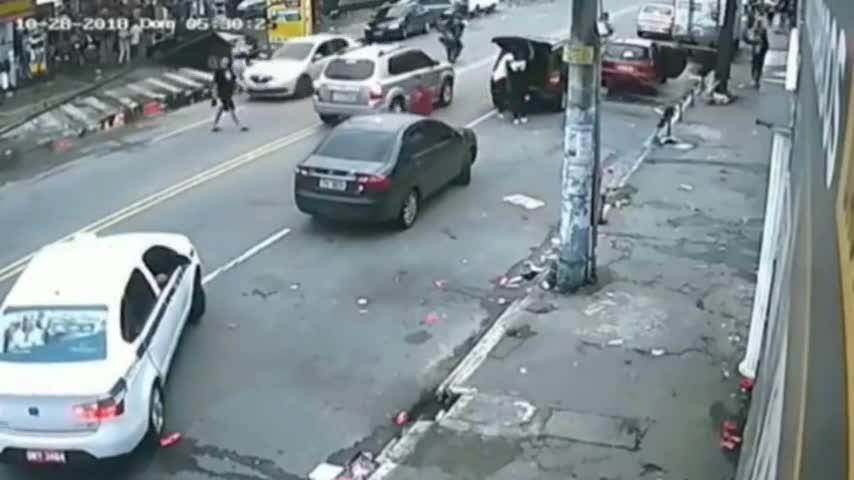 """""""谋杀式""""的车祸,摩托男子丝毫没给他反应机会!"""