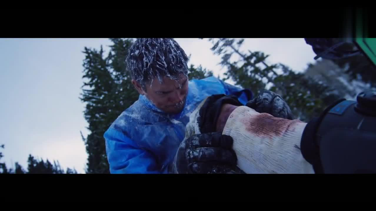 滑雪运动员被困雪山,饥饿难耐挖自己身上的肉吃