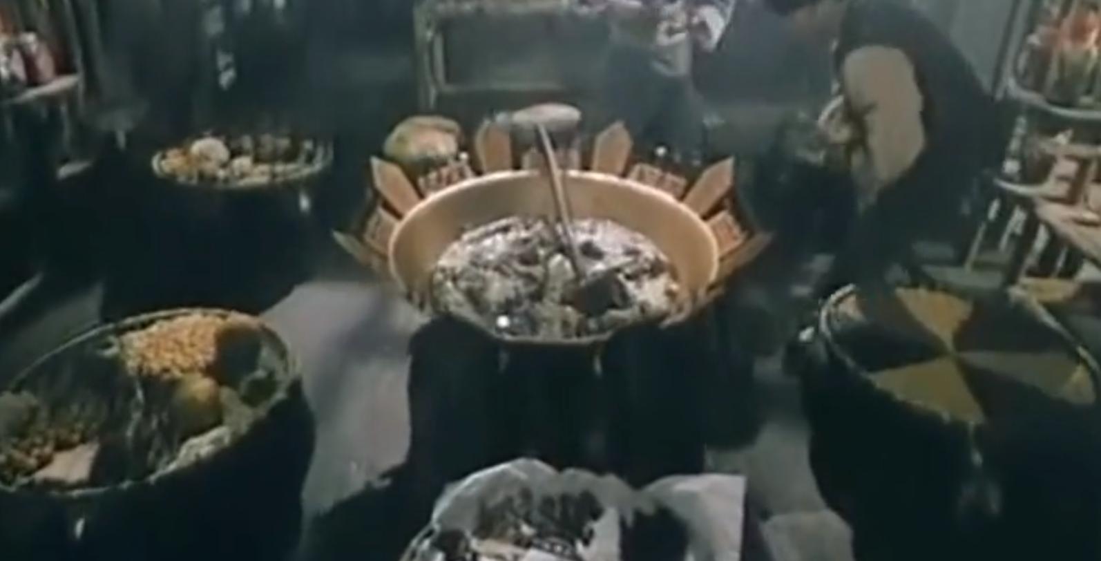 #经典看电影#城里发生几起大事件,九叔一看这是尸妖做的,要用百宝汤