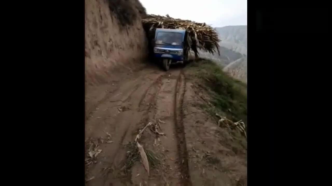 农村司机就是厉害,旁边就是悬崖,一不小心就完了啊