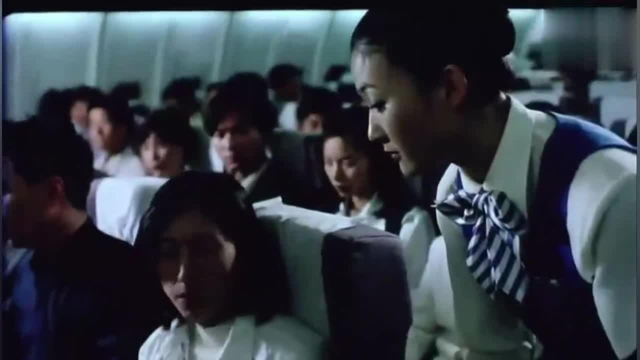 紧急迫降,空姐做表率脱丝袜,只是为了乘客的安全!