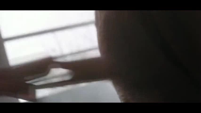 谭四的头被按到竹尖上,结果他头一偏,直接插进坏人的身体里