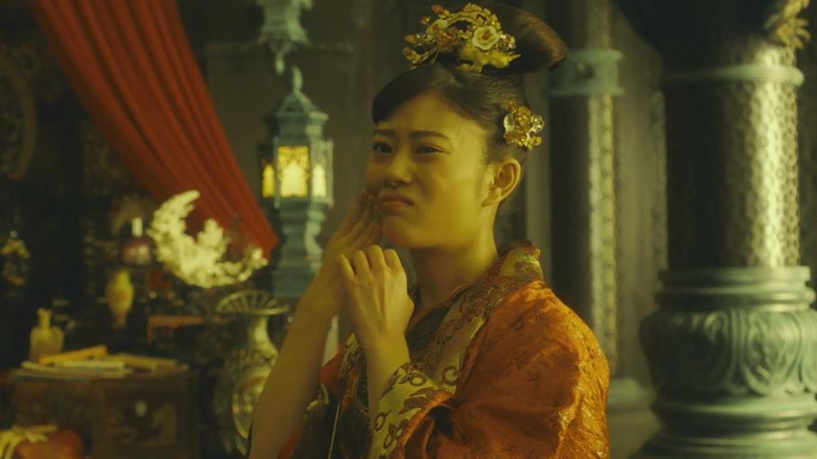 #电影最前线#日本女孩嫁到一个神奇的小镇,不小心摔了一脚后把灵魂都摔了出来