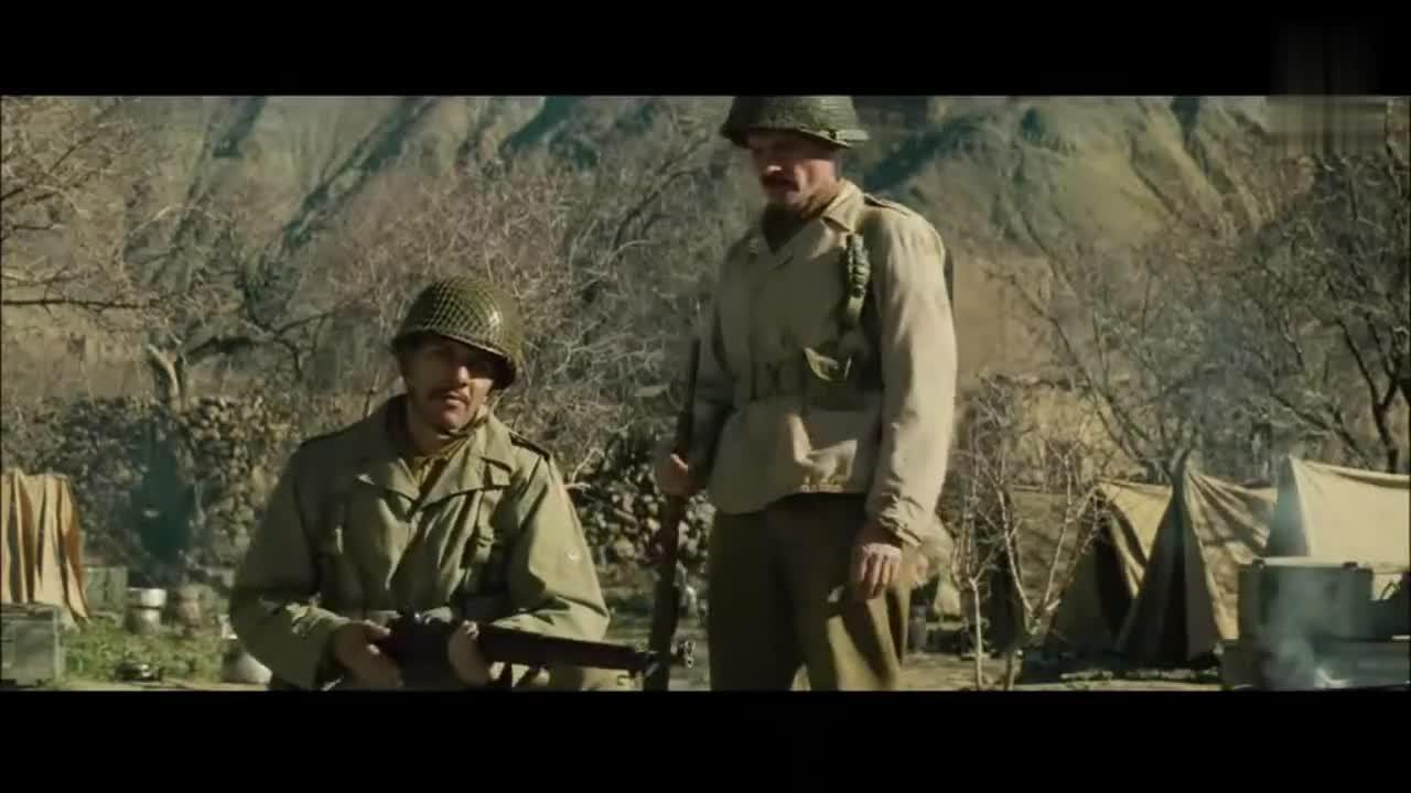 法军新兵蛋子误拔手榴弹,被士官一枪托打倒在地
