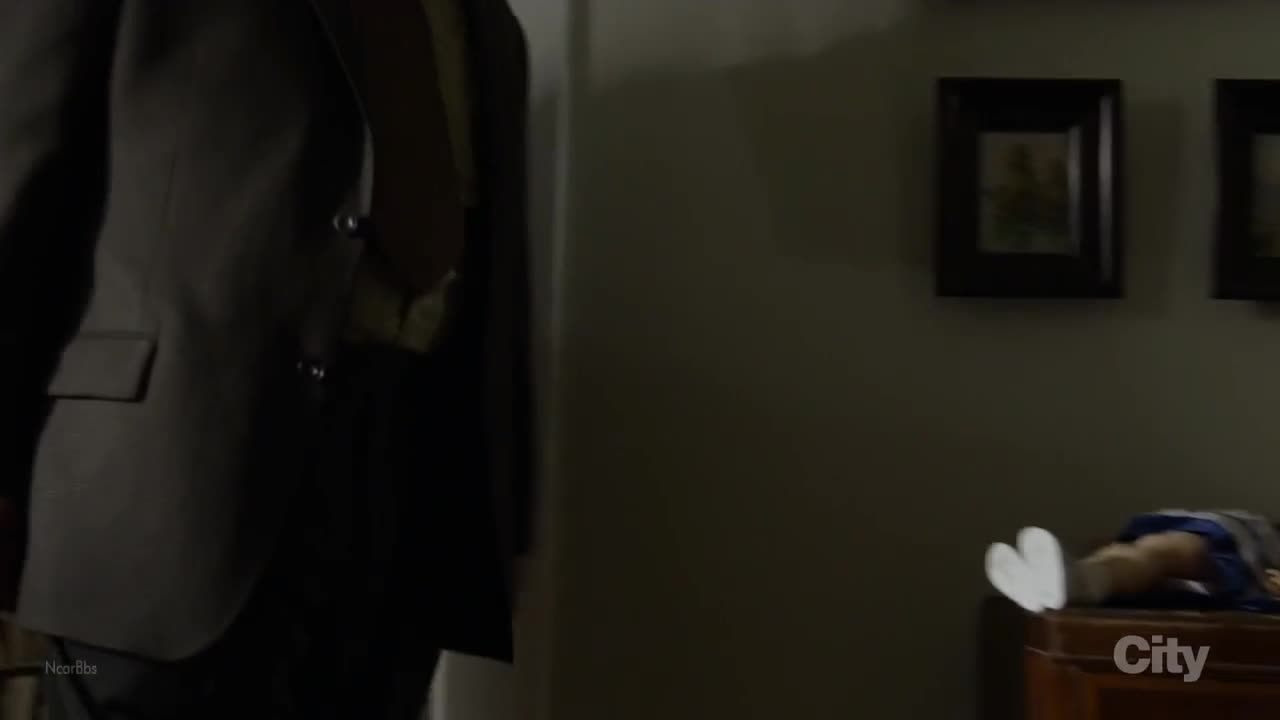 来是雷丁顿派人警告莉娜离开,但莉娜未听从警告招致杀身之祸