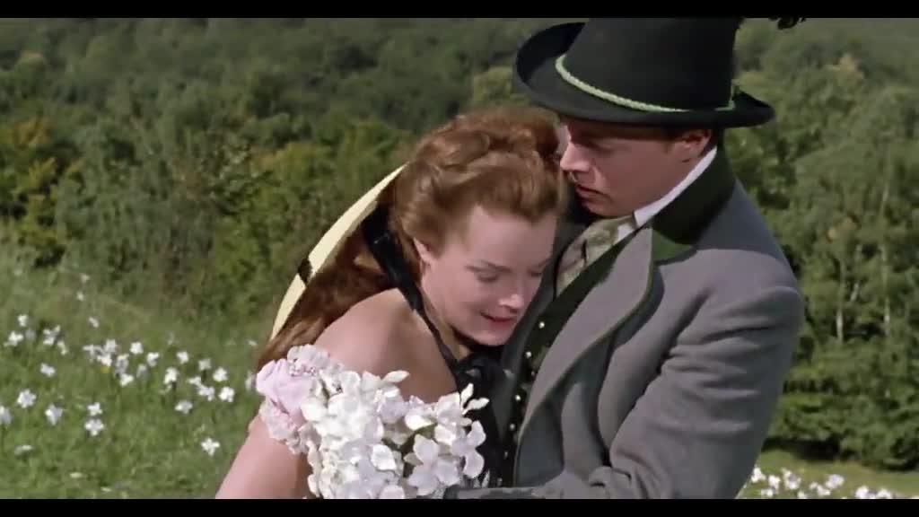 女子上坡采花,奔跑过程中状况突然发生,让人心疼极了