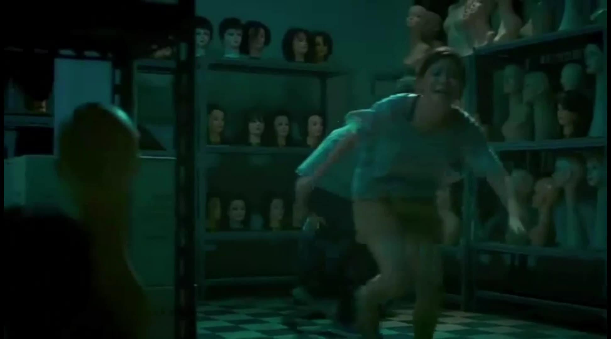 女鬼突然出现,吓得众人慌忙逃走,无奈钥匙被弄折