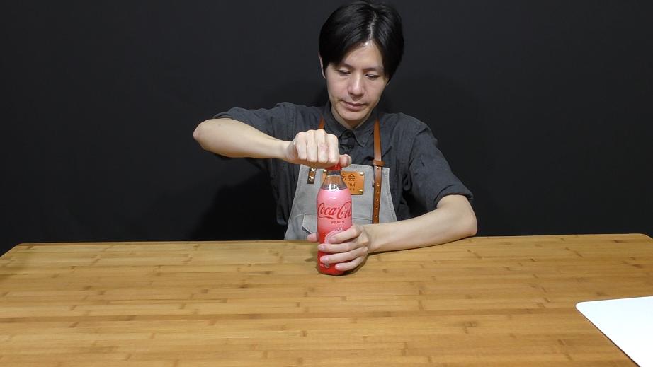 试喝一款日本进口的白桃味可口可乐