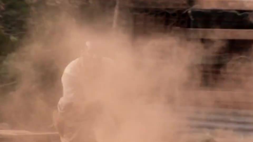 #经典看电影#女孩拿了怪物的蛋,被怪物包围,男子骑摩托抢过蛋篮子立马丢给队友