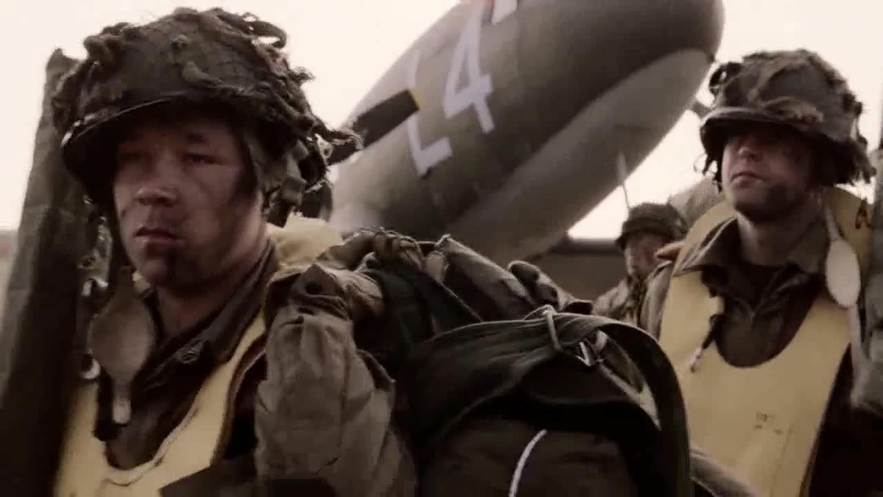 士兵们为打仗做准备,长官突然集合,宣布行动取消