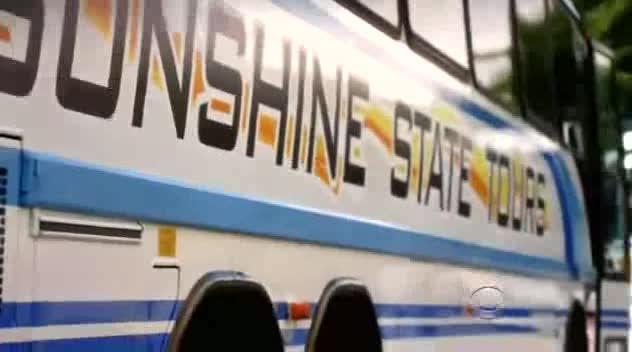 旅游大巴检票口罪犯刚想行凶就被警车击伤