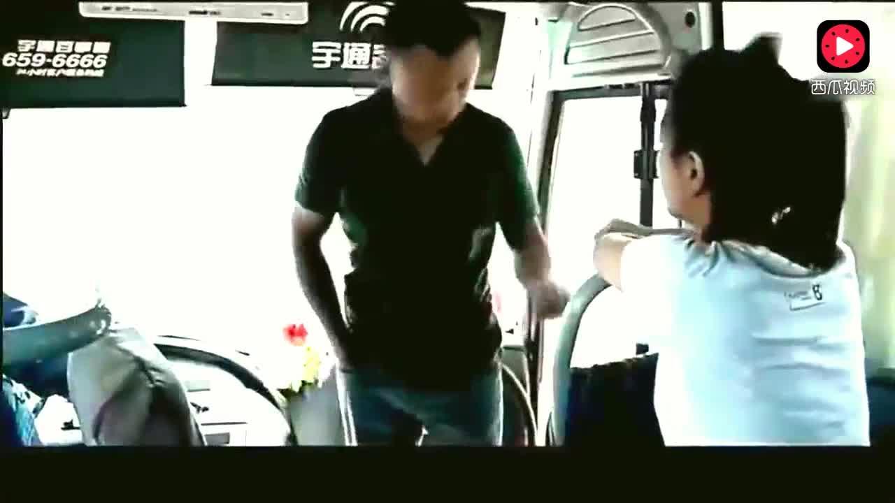 小伙坐车不够钱,女乘务员瞧不起,下一秒小伙的举动让女孩后悔了