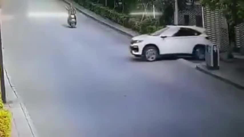 一家人驾私家车刚出别墅下一秒发生的一幕让他们瞬间失去了生命