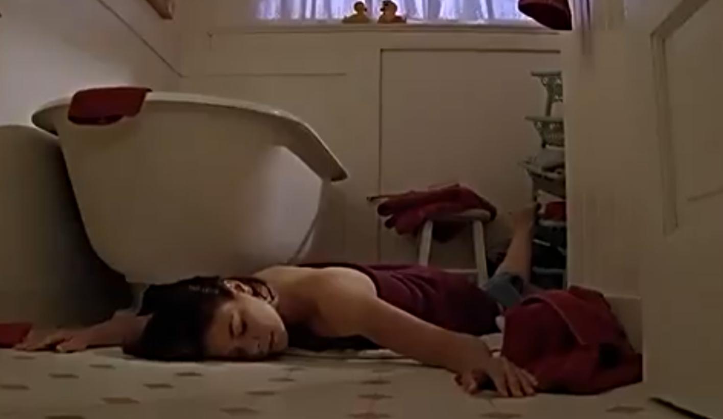 #惊悚看电影#小村庄所有人忽然昏睡,醒来后女性身体异样,不久后诞下怪婴