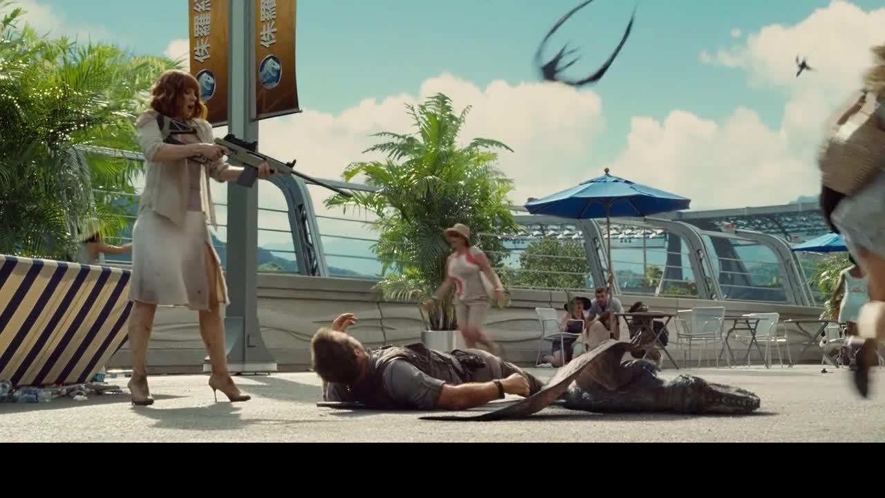 终于见到孩子们,小哥却被恐龙扑倒,关键时刻美女救英雄