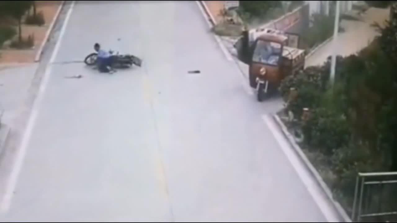 摩托车作死被撞,男子发现不对劲!下一秒画面让人彻底傻眼