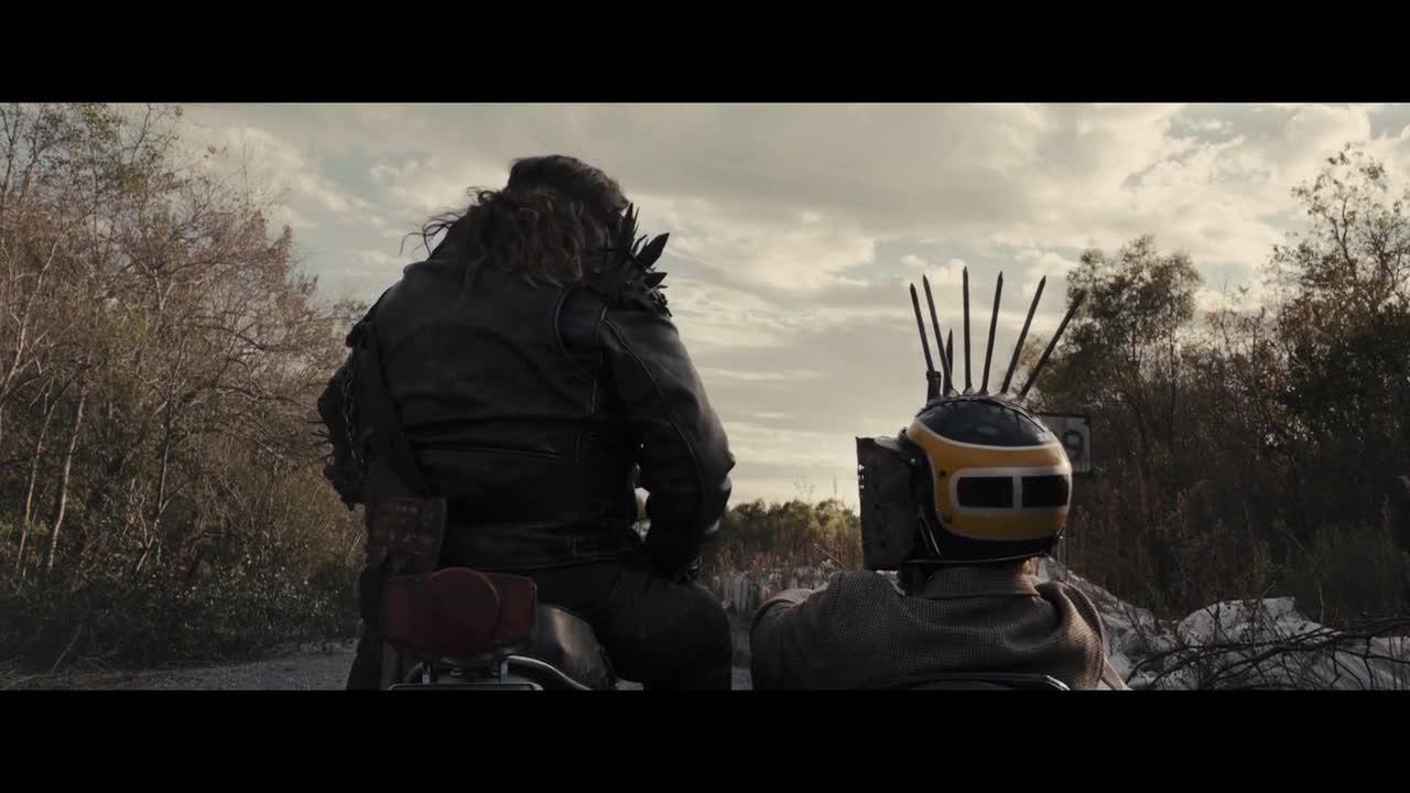坏蛋起身前往女主家,随着摩托车声接近,男子不停地安慰女主
