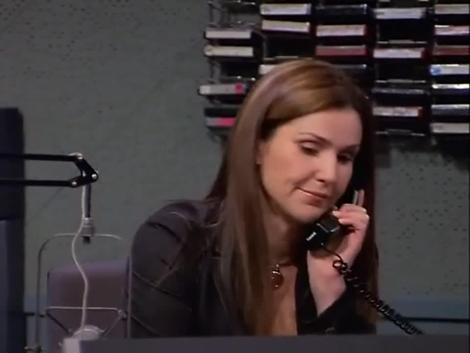 男子在直播工作时,居然问女子搭档一个问题,女子搭档哭了