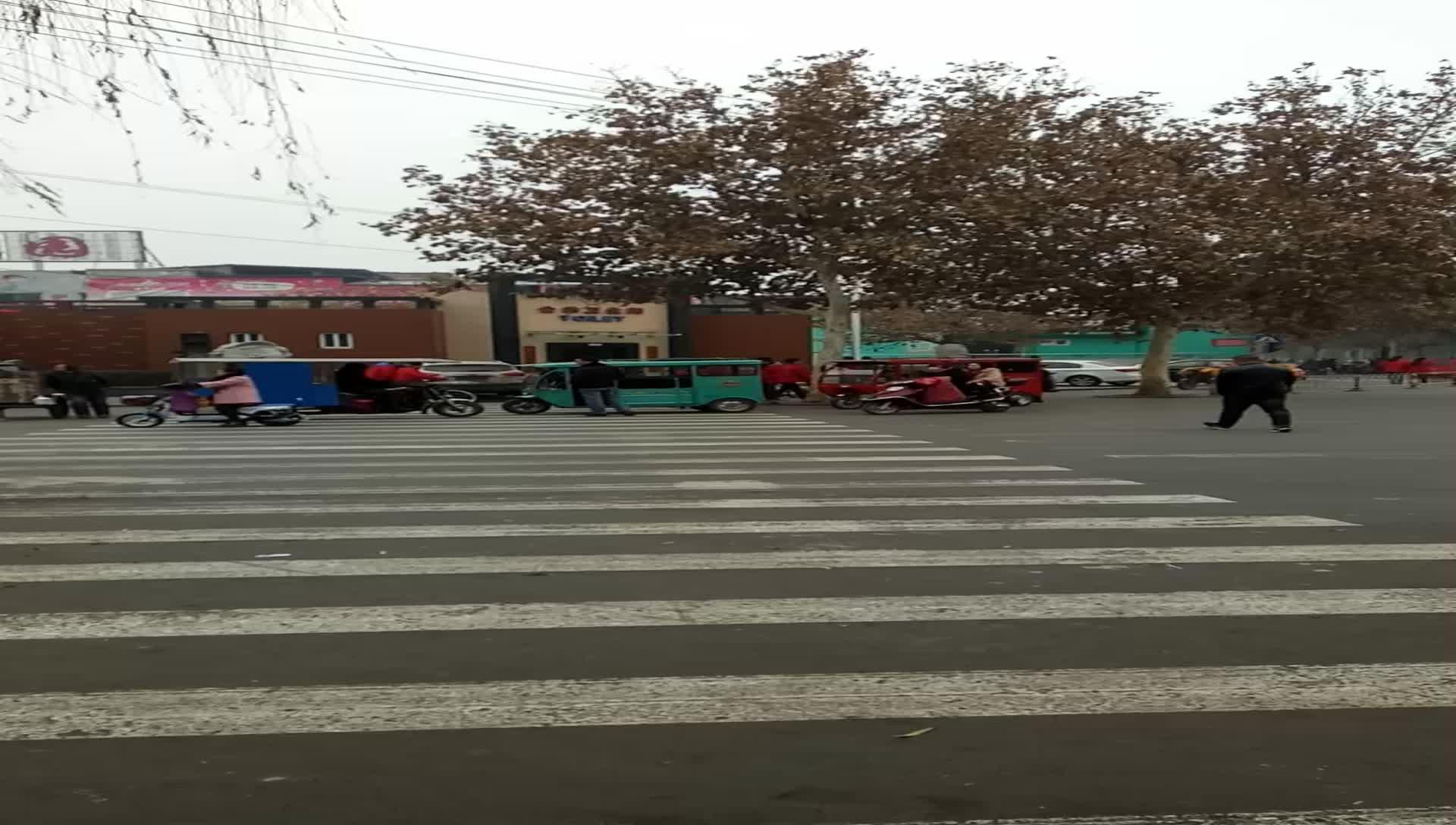 临汾:破坏正常交通秩序的这样 又出现在十字路口不动了