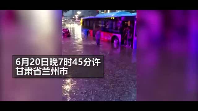 司机冒雨将女性和老年乘客背至站台 有小伙也想让背被拒