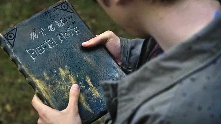 """#恐怖电影#男孩捡到一个""""死亡""""笔记本,把谁的名字写上去,谁就会立刻死亡"""