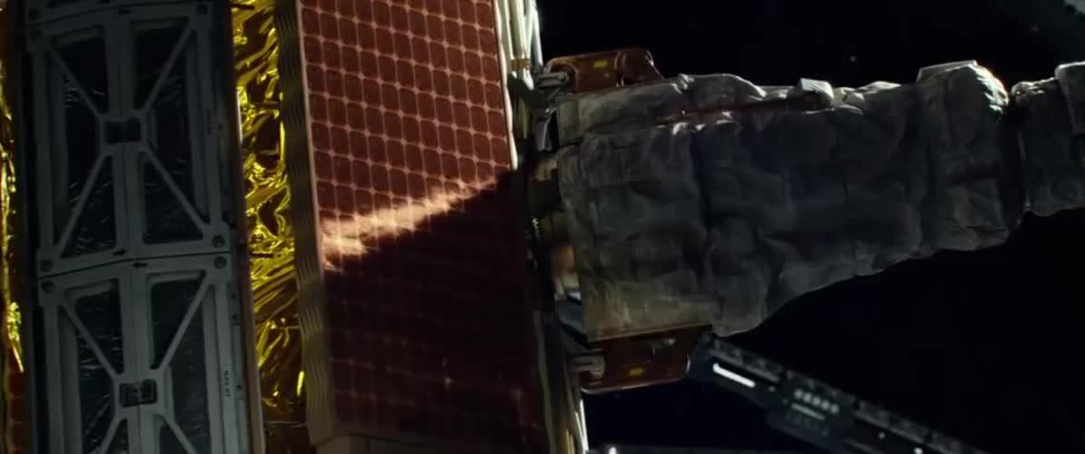 太空站的人员检查卫星,没想到卫星开始失控,辛好没人受伤