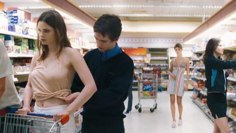 #经典看电影#少男拥有静止时间的超能力,将超市女孩静止,从此开始为所欲为!