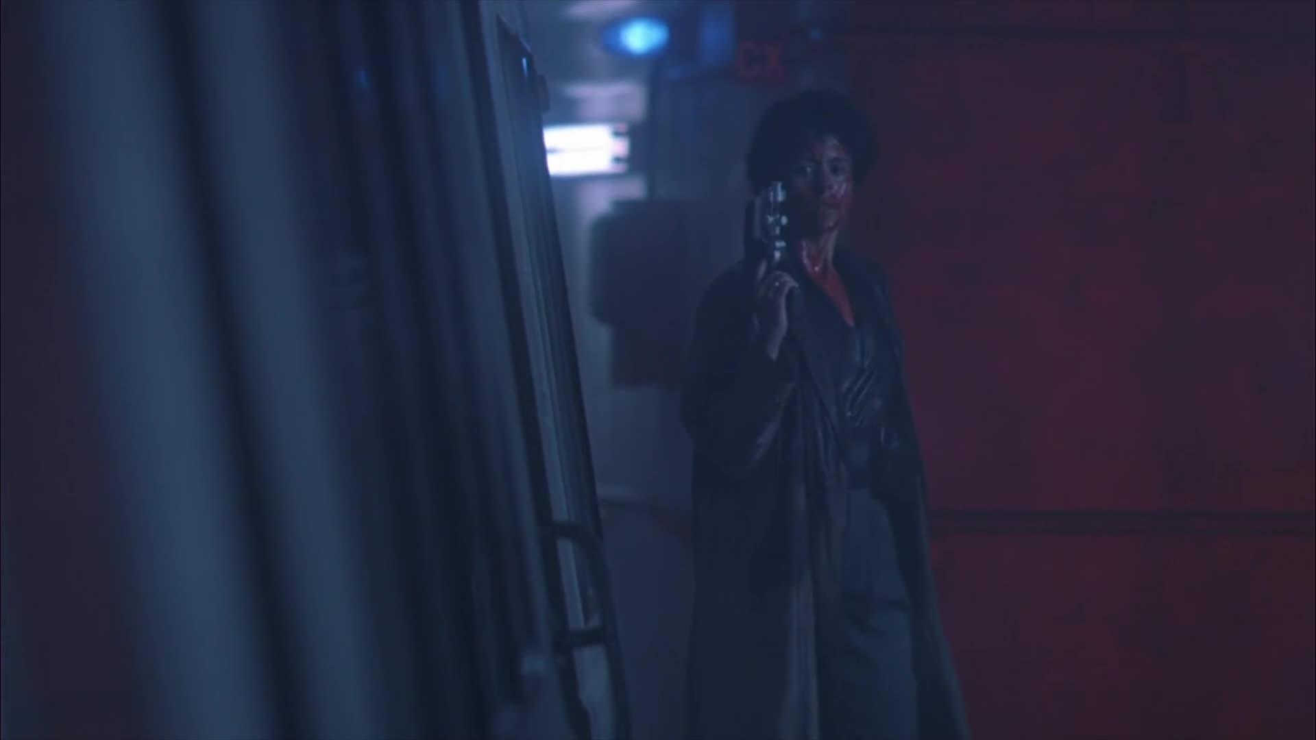 琳娜拿着一把枪,每次到晚上都非常的害怕,吉瑞你还活着吗?