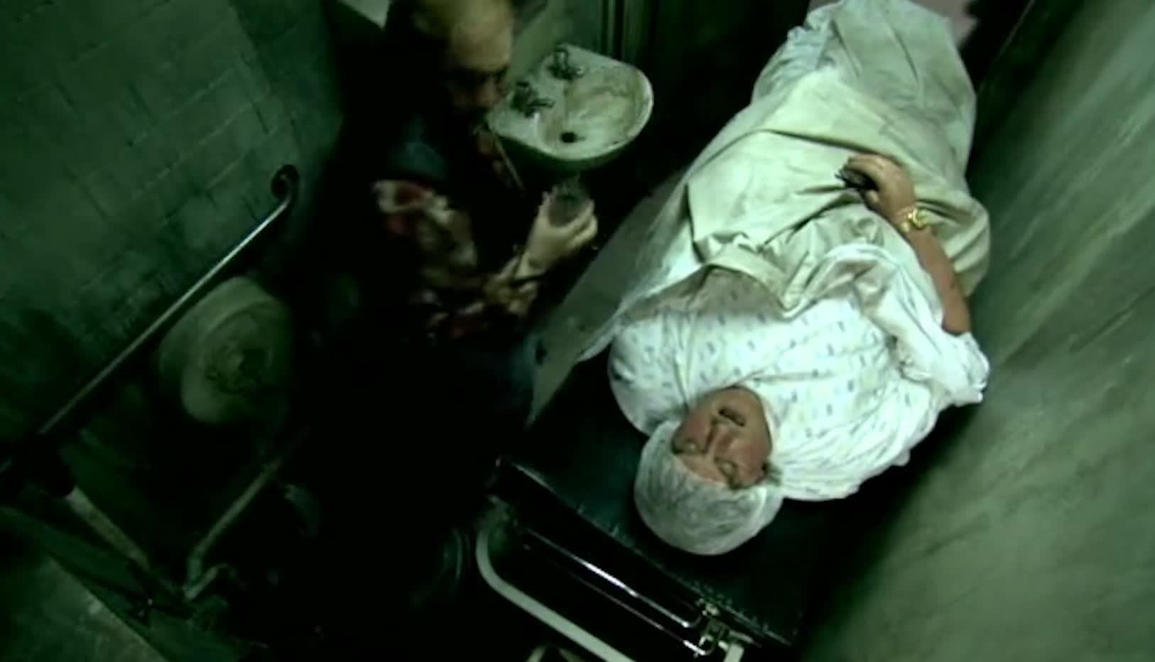 医生找来一条女人手臂,为独臂男按上,独臂男醒来后崩溃大叫