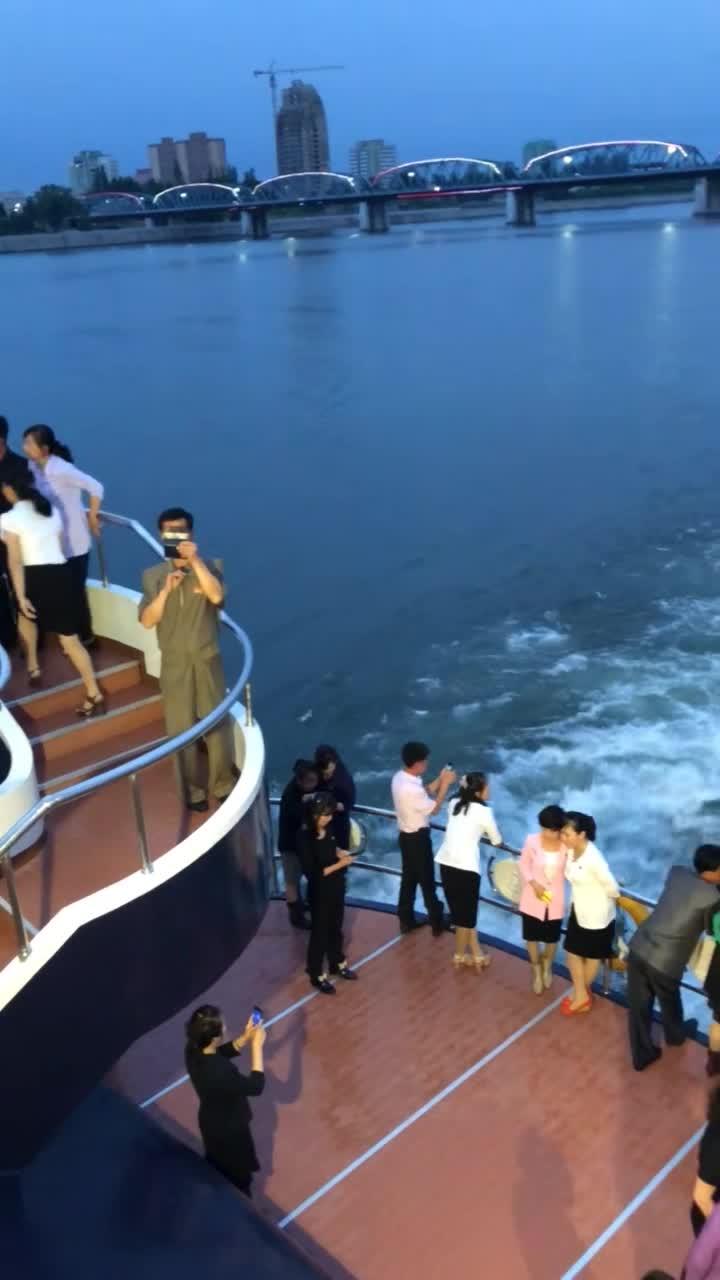 #朝鲜富人#朝鲜富人做轮船游丹东,他们居然也用智能手机拍照!