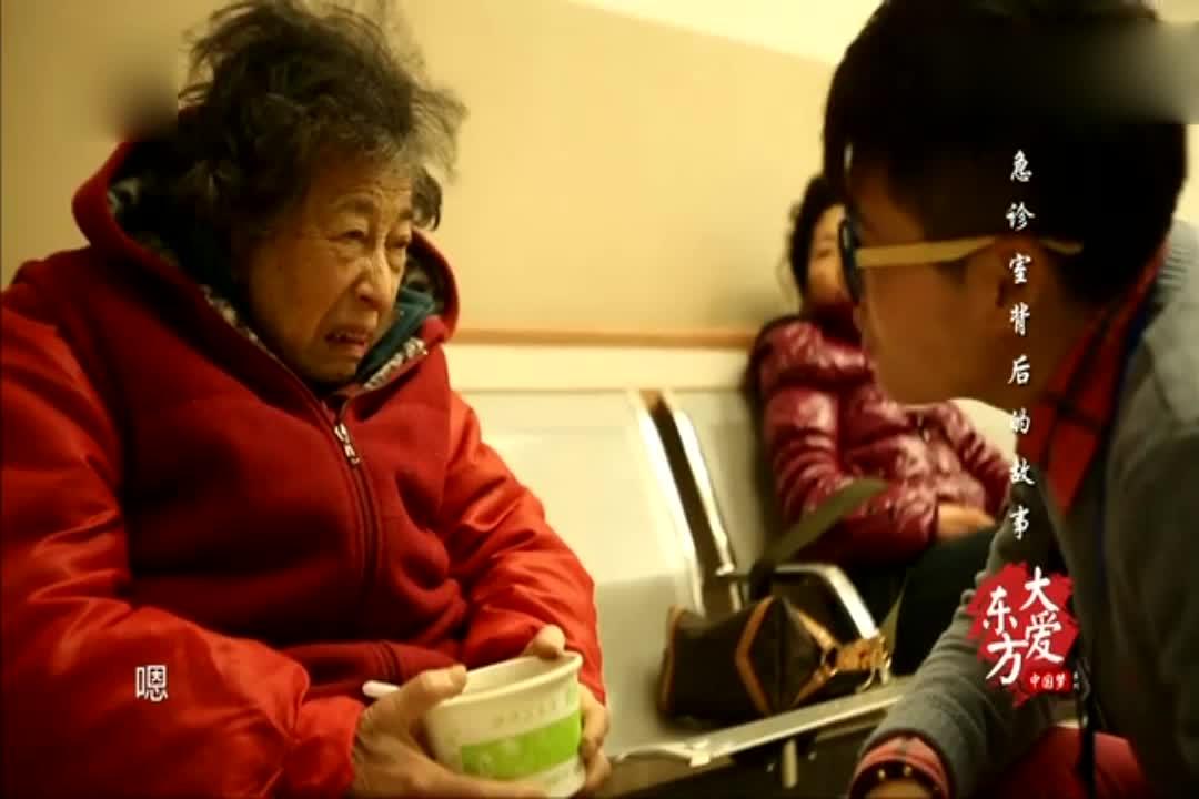 张铮结识了一位特殊的患者,八十多岁的石奶奶