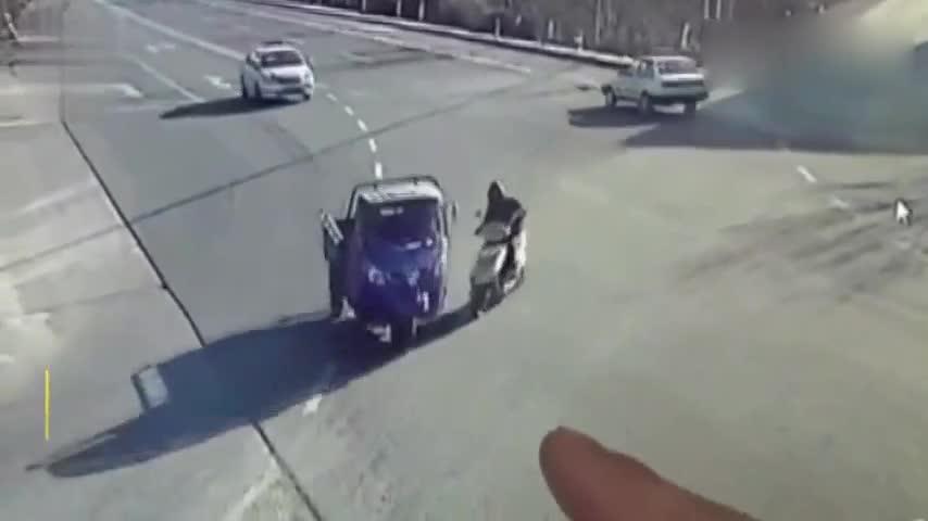 摩托男子横穿马路遭三轮车怼伤,司机不见减速飞一般跑了
