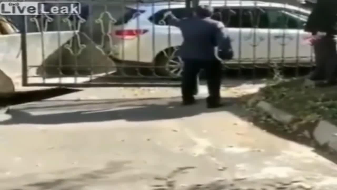 男子指挥推土车卸门, 自己却被拍在门下, 监控拍下全过程