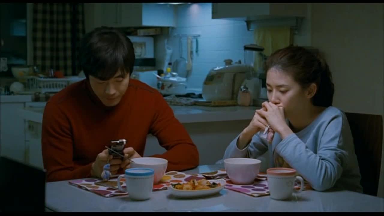 两人坐在同一饭桌上,居然这样交流,真是看着都尴尬啊
