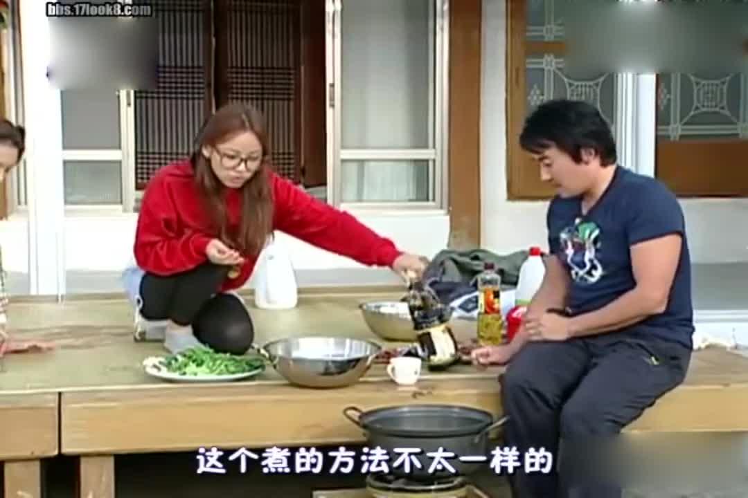 李孝利教小伙做饭,教的方法真的很特别?