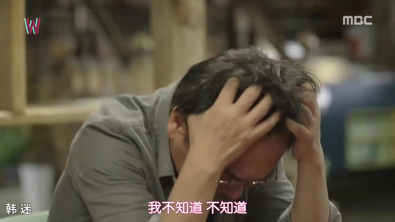 他逼问姜哲到底是怎么回事,并对姜哲实施了酷刑。