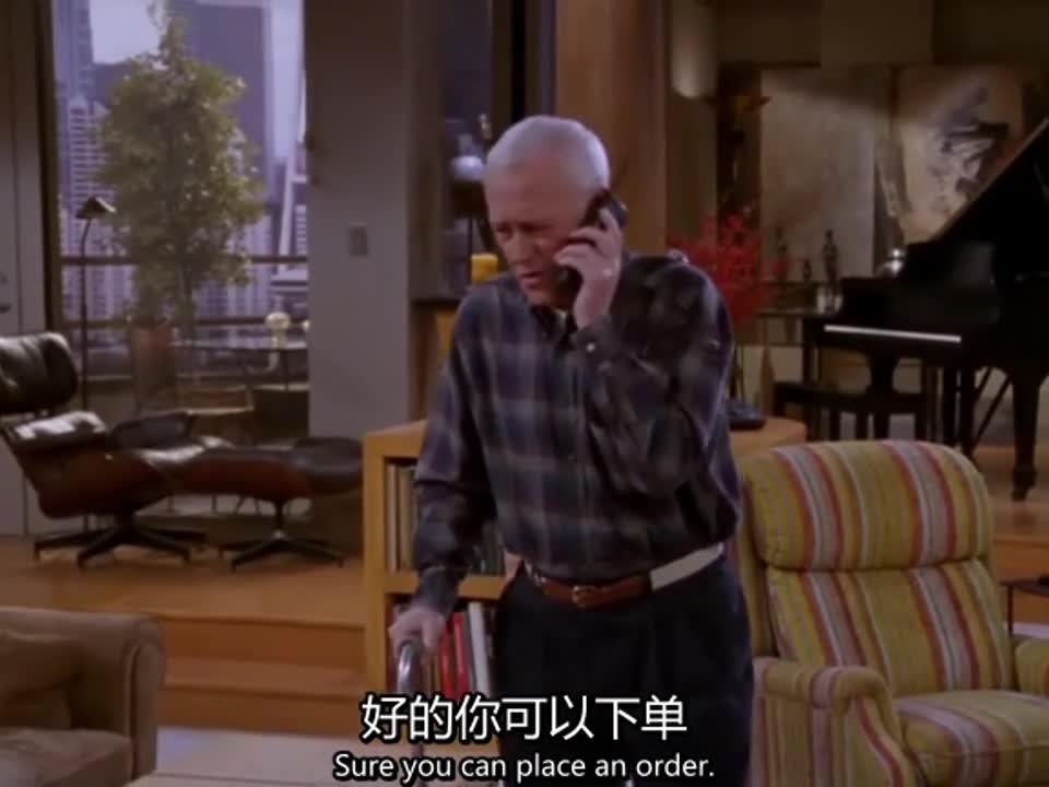 老人孤身在家,接电话时差点摔跤,这事门外出现一人
