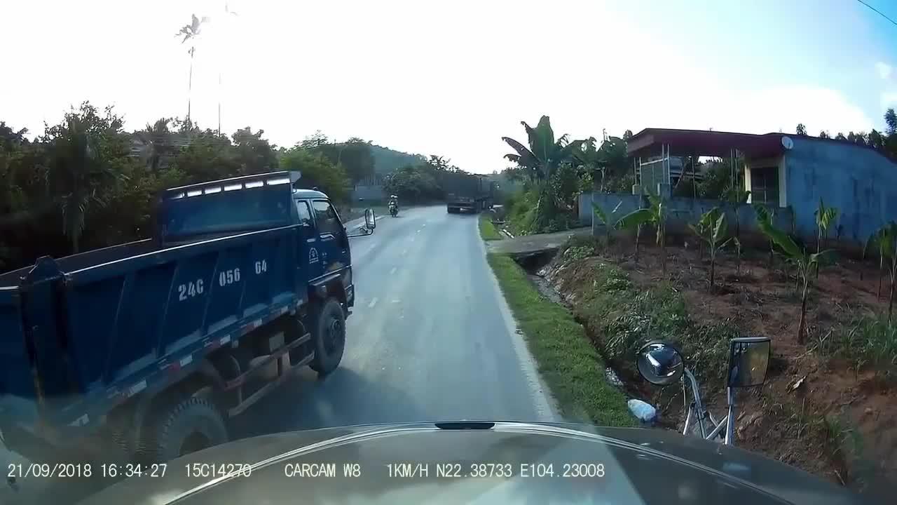 面对迎面而来的大货车, 女子拼命挣扎, 记录仪拍下全过程