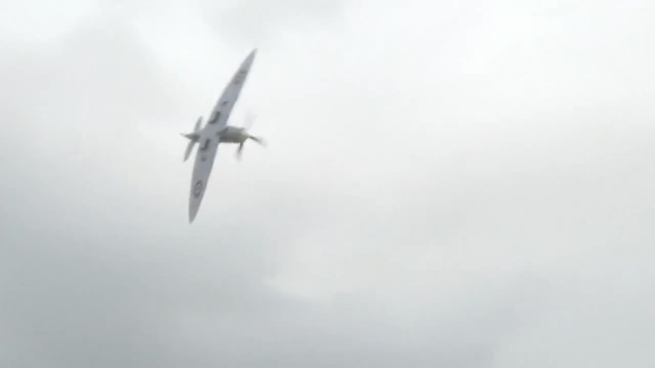 #经典看电影#德国精英飞行员开着喷火战斗机,降落红场交给苏联朱可夫元帅