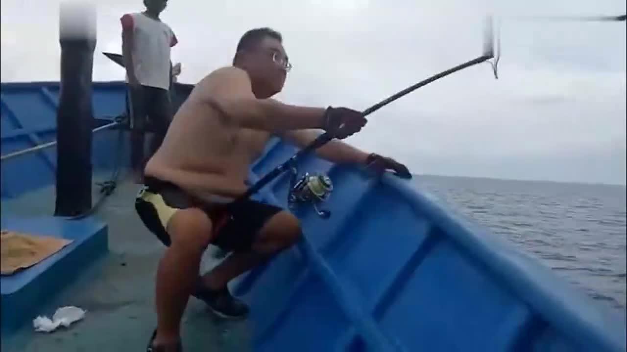 #搞笑趣事#这哥们钓鱼的姿势太销魂,没想到这么厉害,钓到这么大的一条鱼!
