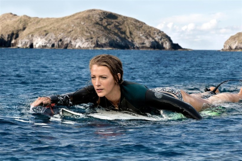 #经典看电影#美女们正在沙滩拍照,无辜被冲上岸的鲨鱼一口吃掉!