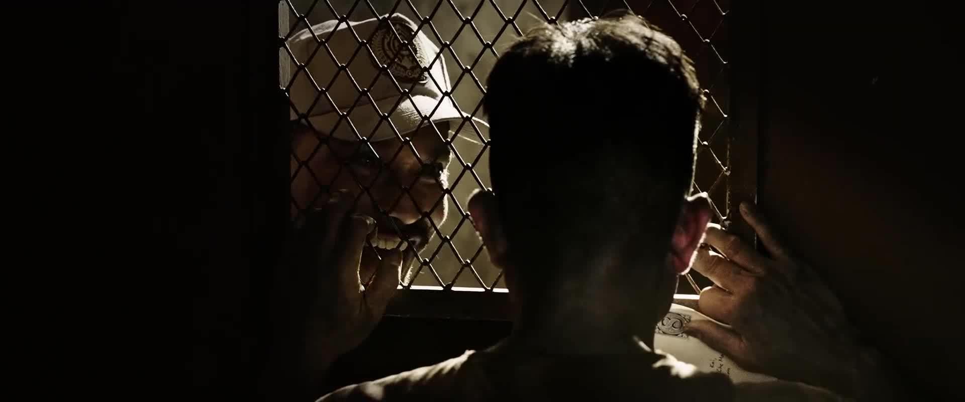 男子想送信出去,狱警不让,老头假装犯病帮他