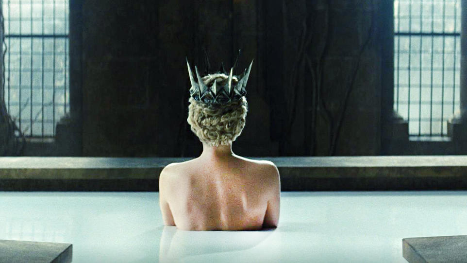#电影迷的修养#洗澡水发给百姓喝,这位女王真会玩!塞隆主演《白雪公主与猎人》