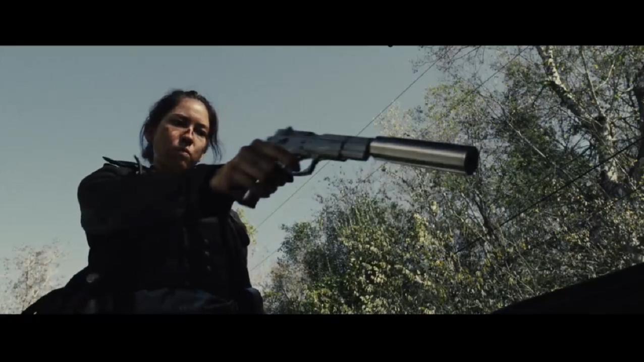 #经典看电影#女杀神一个人干掉黑帮解救人质,顺便获得一把MG42