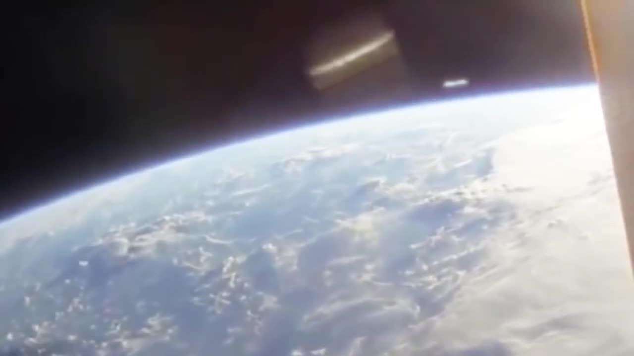 #外星人#外星人飞碟,在太空中飞行,被真实记录下来!